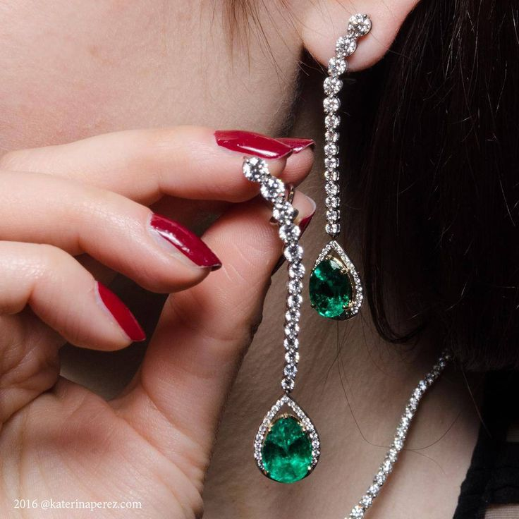 #Emerald and #diamond Cascade #earrings by the New York based family owned brand #Gumuchian @Gumuchian Photo credit: @lordale_b for katerinaperez.com #jewellery #gumuchianonkaterinaperezcom #ichoosefinejewellery #finejewellery #rednails #katerinaperez