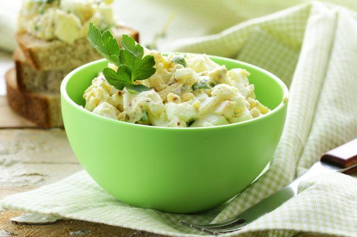 Сырный салат  Ингредиенты:  Сыр твердый нежирный - 100 г  Яйца - 2 шт  Чеснок - 7 г Натуральный йогурт - по вкусу  Специи - по вкусу За рецепт спасибо группе Диетические рецепты   Приготовление:  Отварите яйца вкрутую. Сыр и яйца натрите на крупной или средней тёрке. Выдавите 2 зубчика чеснока. Заправьте салат йогуртом и перемешайте. Если необходимо, добавьте соль и перец по вкусу.  Приятного аппетита!