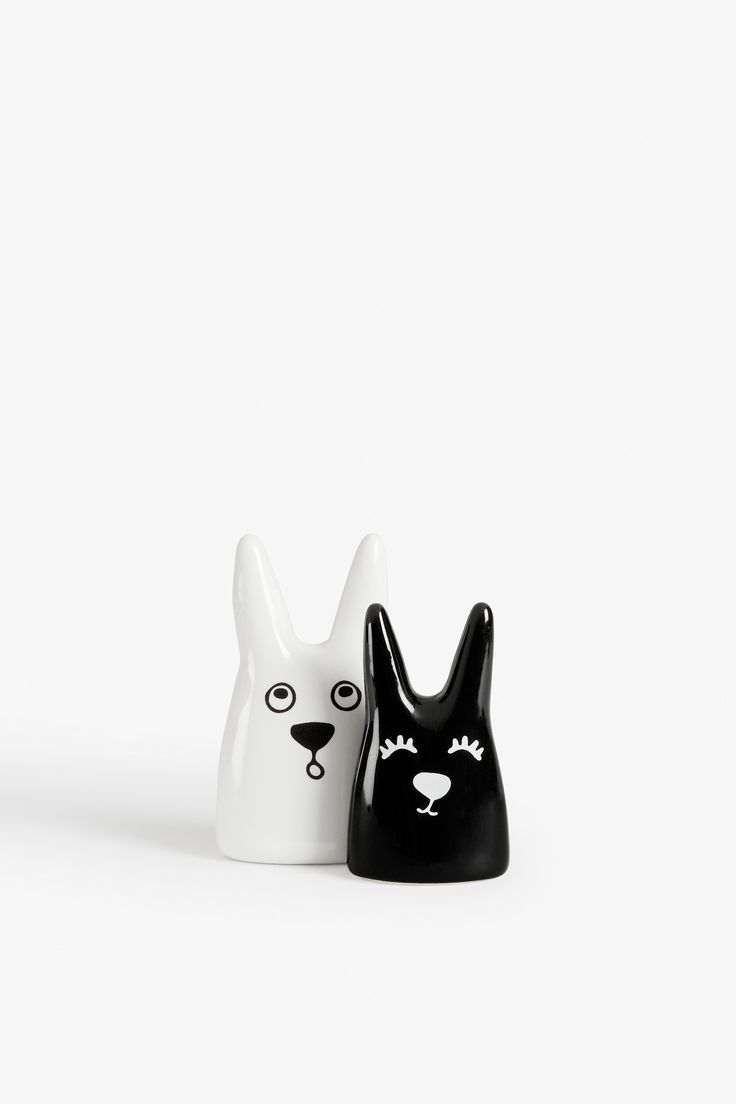 Well hiya you cute little things! You must be here to make sure our rings don't end up lost or sucked up by the vacuum (because we all know how often that happens). 2 ceramic buddies with a purpose.  colour: black magic/wondrous white  measurements: 10 * 6 cm / 8,7 * 5 cm