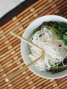 Salade aux germes de soja, surimi et courgettes Calories: 120 cal par personne et 19 g de protéines Ingrédients (4 pers): 400 g de germes de soja frais 2 courgettes moyennes 12 crevettes roses 16 bâtons de surimi 2 cuillères à soupe de graines de sésame