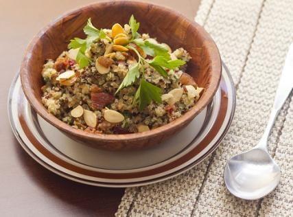 Θρεπτική σαλάτα με κινόα Μερίδες: Τι θα χρειαστείς: 1 κούπα κινόα 3 κούπες πράσινη σαλάτα (ρόκα, μαρούλι, λόλα)4 φέτες μπέικον (τσιγαρισμένο) ή προσούτο
