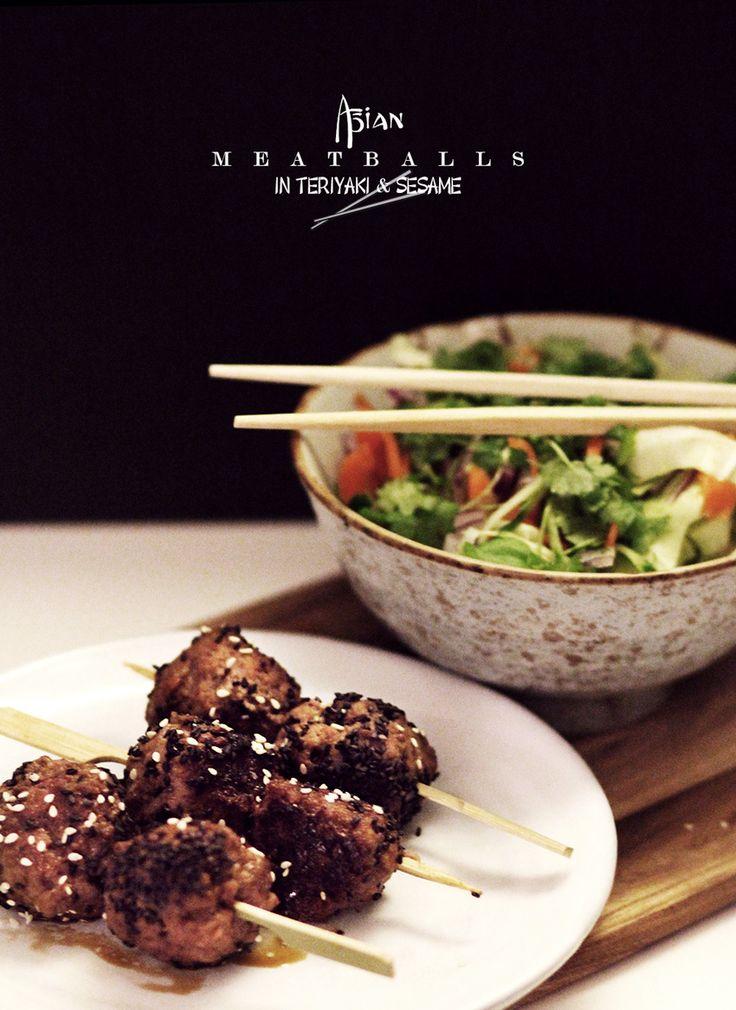 OPSKRIFT  asiatiske kdboller vendt i teriyaki og sesam  Acie  Stylista  Kødboller: 450-500g hakket okse-, kyllinge- eller svinekød 2 cm ingefær (revet) 2 fed hvidløg (finthakket/presset) 1 finthakket løg 1 fintsnittet chili 1 æg 1 håndfuld hakket frisk koriander 2 spsk soya Hvide og/eller sorte sesam til pynt Teriyaki-sovs: 1 del soya 1 del sukker Bland farsen af ingredienserne og sørg for at alle delene bliver 'mikset' godt. Stil den derefter i køleskabet og lad den hvile lidt mens du laver…