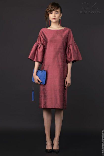 Купить или заказать Платье из шелка с оборками в интернет-магазине на Ярмарке Мастеров. Платье ручной работы. Брусничного шелка, как на фото, нет в наличии. На заказ - в других цветах - фото шелка на заказ по запросу. Элегантное лаконичное платье со спущенным плечом украшено роскошными рукавами - оборками, которые добавляют к прямому силуэту платья объем и динамику. Кроме того, такие рукава визуально уменьшают объем бедра и стройнят фигуру в нижней части.