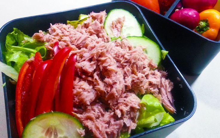 Tonijn salade met paprika, komkommer en sla. Lekkere, snelle en goedkope lunch met weinig koolhydraten. Onderdeel van de gobento.nl weekmenu's.