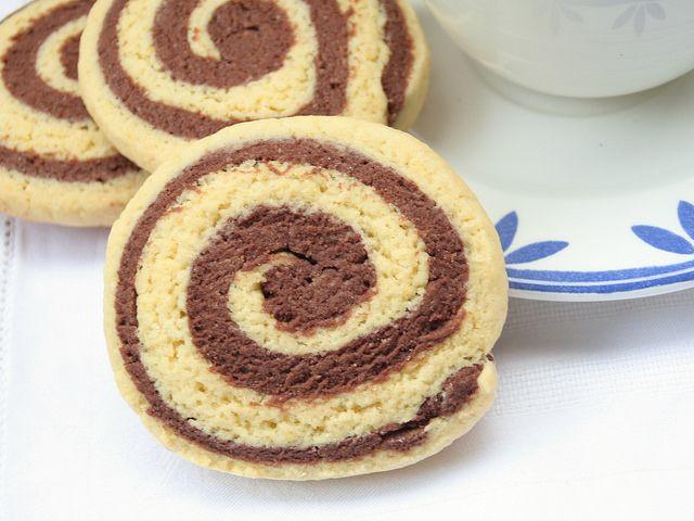 Sforna i biscotti girandola bicolore Bimby, allegre girelle di frolla bianca e al cacao per mettere di buon umore la famiglia sin dalla colazione.
