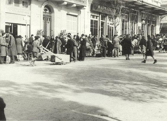Πλατεία Κολωνακίου Αθήνα χειμώνας 1940-41 πωληση ξυλειασ σε εχοντες