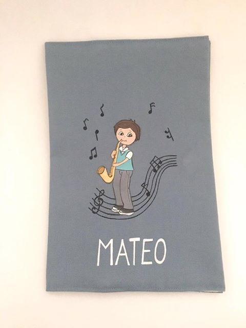 Todos los documentos de Mateo organizados en su funda de cartilla sanitaria personalizada!! Su papi es músico así que en la funda le hicimos un simpático guiño pintado a un niño tocando el saxofón 🎷  #regalosnacimiento #pararegalar #niños #handmade