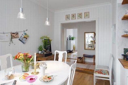 Sof de cuero blanco paredes paneladas con madera papel de - Muebles pintados en blanco ...