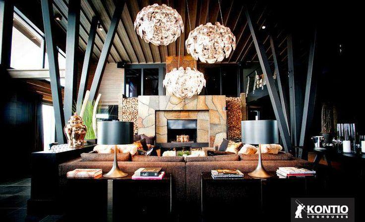 Séjour avec cheminée prestigieux dans un grand chalet en bois construit en Suède par Kontio.  http://www.kontio.fr/