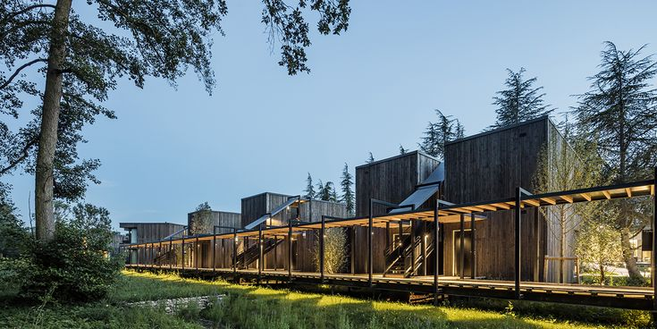 Architecture, Cyril Durand Behar Architectes, Pernod Ricard University, facade, CDB, bois, wood, hebergement, nature, bungalow, hotellerie, landscape,passerelle,  Photo Adria Goula