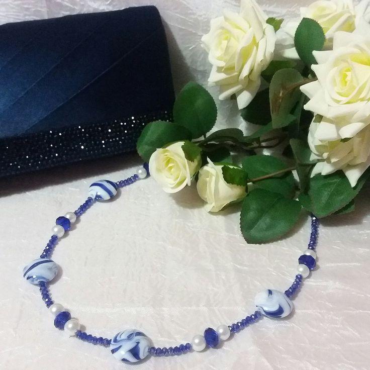 Collana realizzata con cristalli blu, perle bianche e perle in vetro variegate bianche e blu, by Katia Kreazioni, 12,00 € su misshobby.com