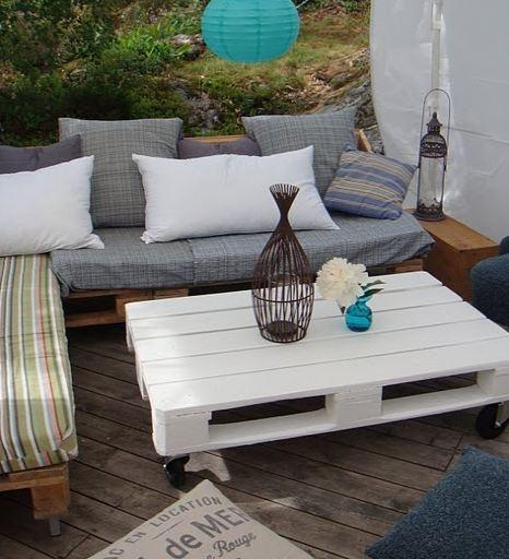 Une palette, quatre roues, de la peinture blanche pour la réalisation de cette table basse très pratique.