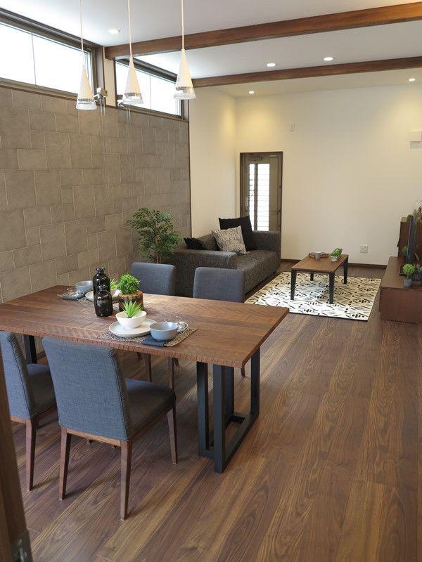 ウォールナット材の床にブラック色のキッチン グレー色のエコカラット