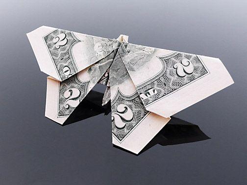 Sipho Mabona utiliza o papel moeda norte-americano para criar peças bem interessantes de origami, arte milenar chinesa de dobraduras. Sem cortes, cola ou qualquer outra ferramenta.