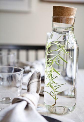 Eine Karaffe mit Wasser füllen, wie z. B. hier IKEA 365+ Karaffe mit Stöpsel Klarglas/Kork