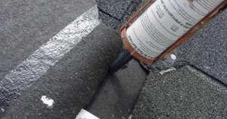 Como aplicar cimento de telhado. A aplicação de cimento de telhado é uma parte importante no reparo ou colocação de telhas de asfalto. Este é um processo integral de ancoragem para seu telhado e ajuda a criar um selante impermeável que mantém seu telhado imune ao mau tempo. Este guia explica como o usar cimento como parte dos passos do reparo de telhados.