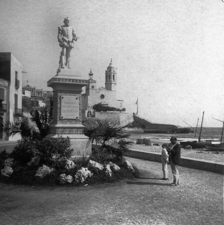 An old photo of Sitges with the statue of El Greco near the Ribera.
