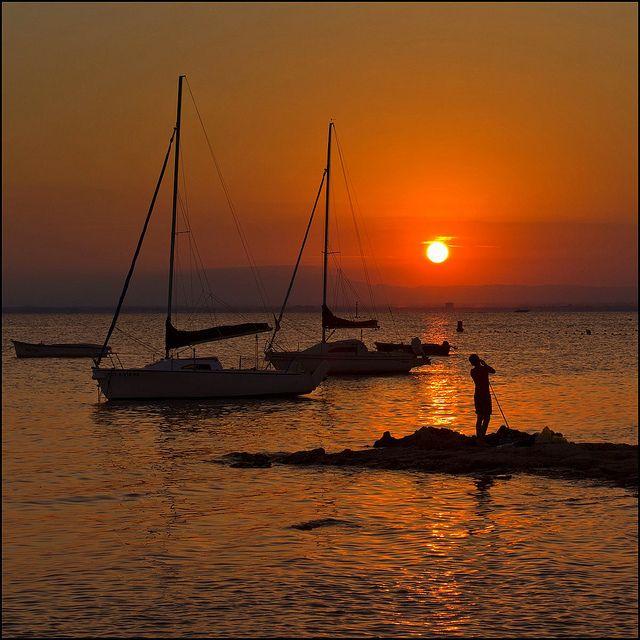 Puesta de Sol increíble en la Manga del Mar Menor. Un momento mágico, diferente cada día pero siempre precioso. Disfrutad de atardeceres como estos con www.buscounchollo.com! #vacaciones #buscounchollo