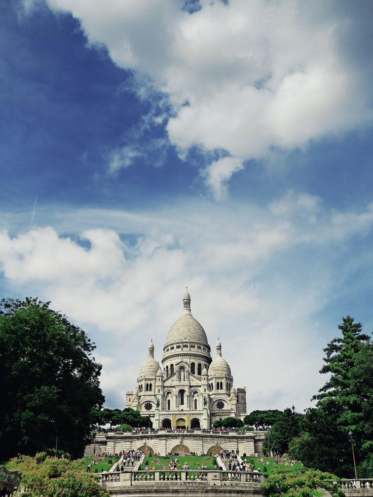 La #basilique du #SacréCoeur, emblématique du #paysage de #Montmartre.  #France #Paris #basilica #architecture #cross #church #monument #tourism #mustsee #visitingParis #iloveParis #park