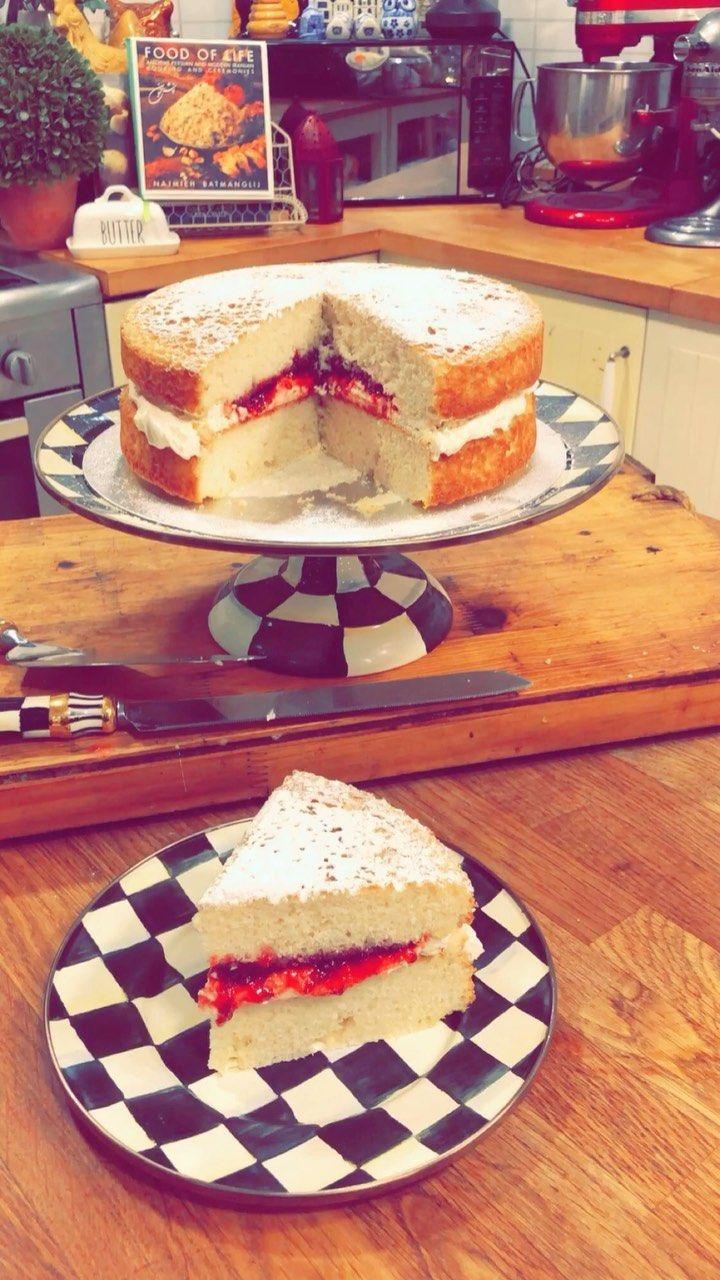 Mahmoodjanahi On Instagram المكونات للكعكة 1 علبة كيك فانيليا بيتي كروكر 3 بيضات 1 3 كوب زيت الكانولا 1 ملعقة صغيرة فانيل Food Snapchat Food Desserts