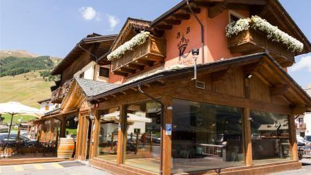 B&B The King Livigno, www.thekinglivigno.upps.it, Das B&B The King bietet Ihnen Zimmer und kostenfreies WLAN in Livigno nur 50 m von den Gallisport Skipisten entfernt. In der Umgebung finden Sie zahlreiche Skipisten und Skischulen. Ein kontinentales Frühstück wird täglich im Gemeinschaftsbereich serviert. Es beinhaltet frischen Kaffee oder Cappuccino, süße Backwaren sowie Aufschnitte und Käse.