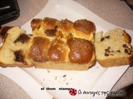 Είναι ένα ψωμάκι με τρεις υπέροχες γεύσεις. Κατάλληλο για τον πρωινό και απογευματινό καφέ μας.