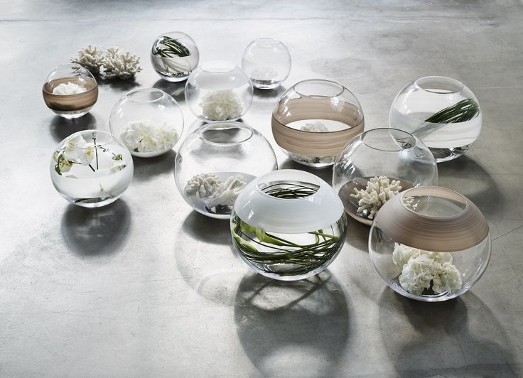 A simple and easy way to add accessories to a room is to play around with glass bowls and use white sand and coral or grass reeds.