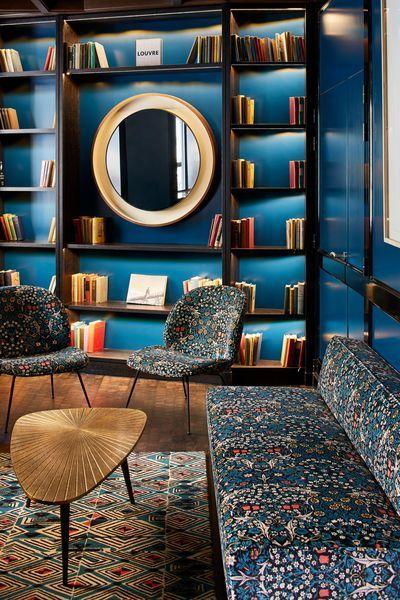 Bibliotheque sur mesure et encastrée d'angle dans le salon vintage 50s en bleu canard