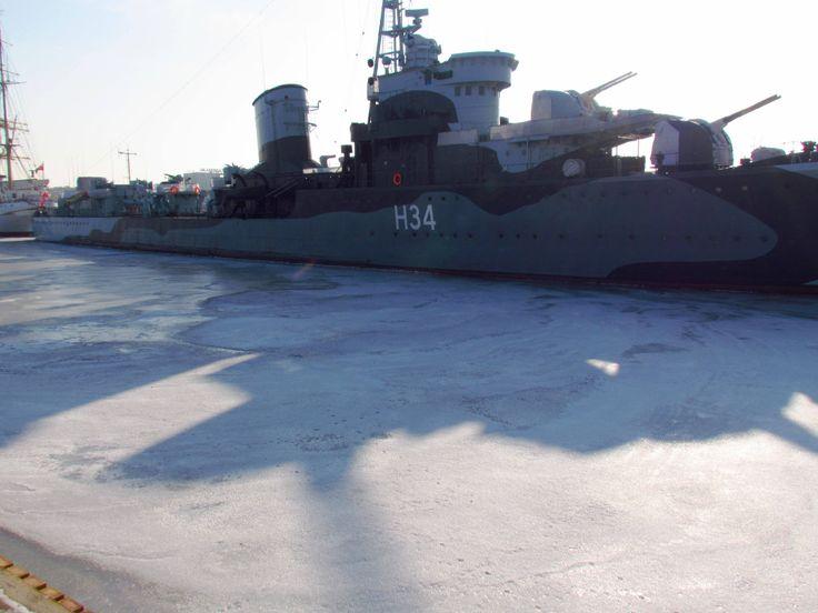 ORP Błyskawica - słońce pięknie operuje cieniami na lodzie :)