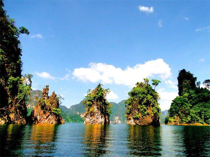Khao Sok National Park  Национальный парк Као Сок расположен на материке, примерно в 150 км от острова Пхукет на территории провинции Сураттани и занимает площадь 739 квадратных километров. На территории парка находятся наибольшие по площади в Южном Таиланде девственные леса, этот тропический лес старше и разнообразнее, чем леса Амазонки.  Поражают воображение в Као Соке две вещи – это удивительной красоты отвесные скалы, которые здесь, как затерянные путники, торчат беспорядочно из земли.