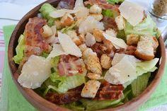 L'Insalata Caesar (Caesar Salad) fu inventata nel 1924 nel ristorante di Caesar Cardini, un italo-americano, a Tijuana, Messico. La ricetta originale della Caesar's Salad porta anche un uovo