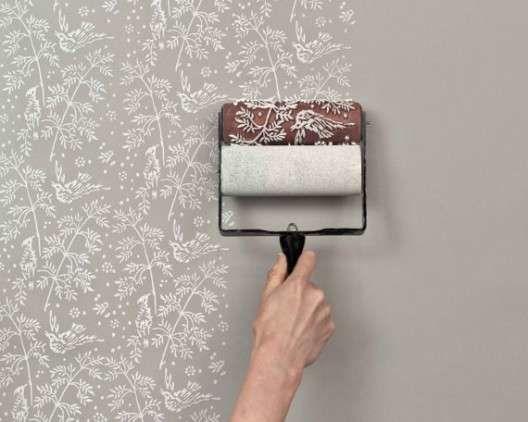 Gostaria de mudar os ambientes de sua casa com papel de parede, mas está achando o material um pouco caro? Que tal optar por pintar os c...