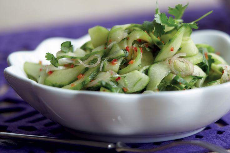 Raikas salaatti, jossa maistuvat kirpeä lime, tulinen chili, tuore korianteri ja kalakastike.