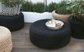 Gehaakt tafeltje gemaakt van een autoband. Bij het afvalverwerkingsstation in onze buurt mag je gratis autobanden meenemen. Misschien in jouw buurt ook wel!
