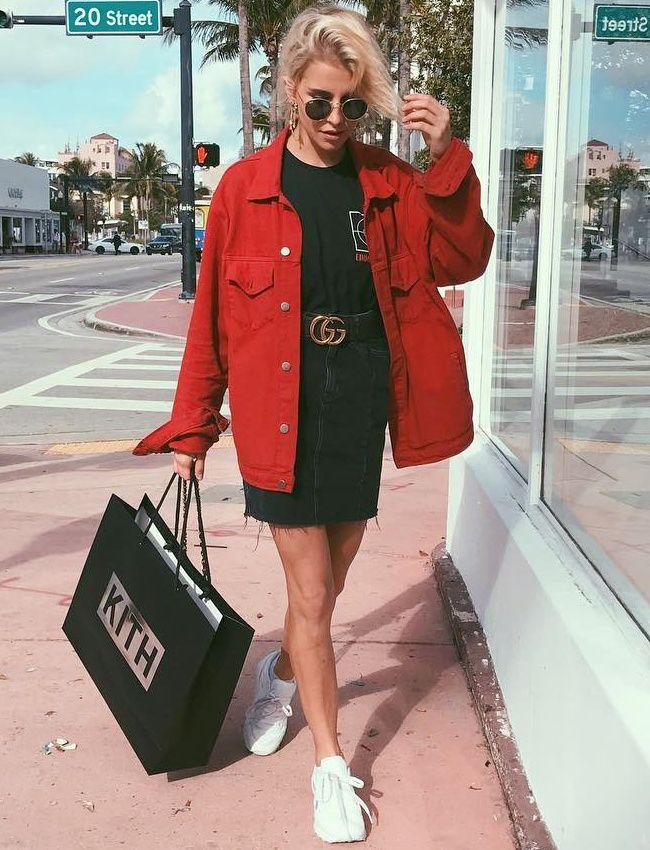 Jupe noir , tee shirt noir , manteau rouge , basket blanche , lunette noir