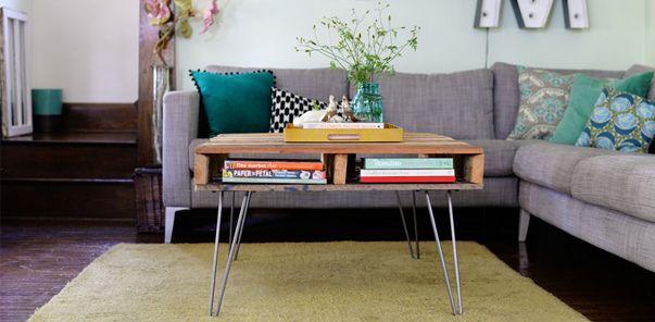 L'équipe de Pourlamaison a trouvé pour vous une jolie table basse avec des palettes que vous pouvez fabriquer très facilement.