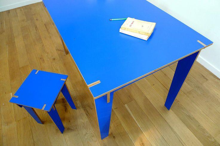 Plus «pop» que la référence Jeanne, la table IRIS pare mes lignes élancées d'un bleu électrique pour venir pigmenter votre intérieur. Dimensions : 130 x 75 x 77 cm Poids : 20kg Matériaux : bouleau, mélamine