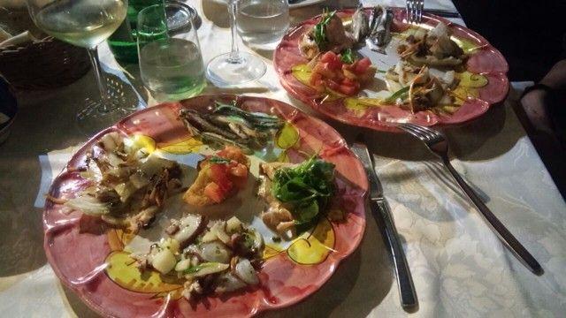 Antipasti di mare: alici marinate- salmone scottato in padella con rucola e aceto balsamico- bruschetta con pomodorini- seppia arrostita  con finocchio e carotine- polpo e patate all' insalata
