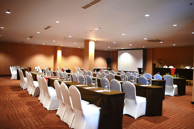 Gianyar meeting rooms can accommodate for up to 250 people at the same time and including of one the favorite among organizers and corporate for meeting. What create exciting and unique one of this meeting rooms is beside spacious, Gianyar meeting room mostly anticipated as second option for separate big meeting.