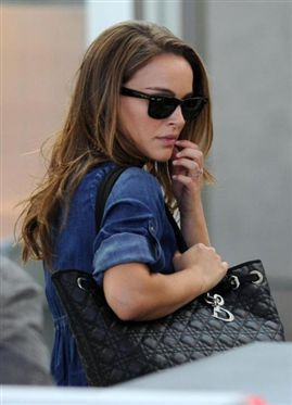 Wayfarers + denim shirt= <3 natalie portman!