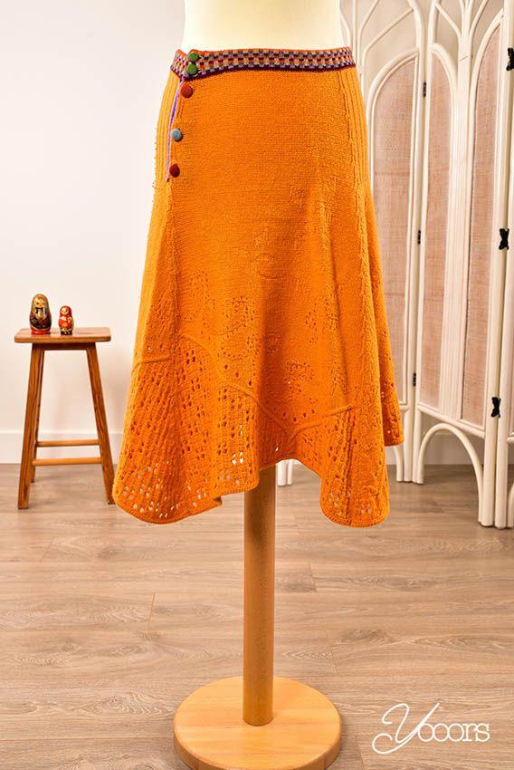 IVKO rok, maat M -- Aangeboden door yooors.nl. ---- Vrolijk oranje Ivko rok die wijd uitloopt. De rok is onderaan ajour gebreid en heeft bovenaan een gekleurde band met aan de zijkant een gekleurde knoopsluiting.