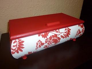 Caja de madera forrada con papel de regalo y tapa en acrílica.