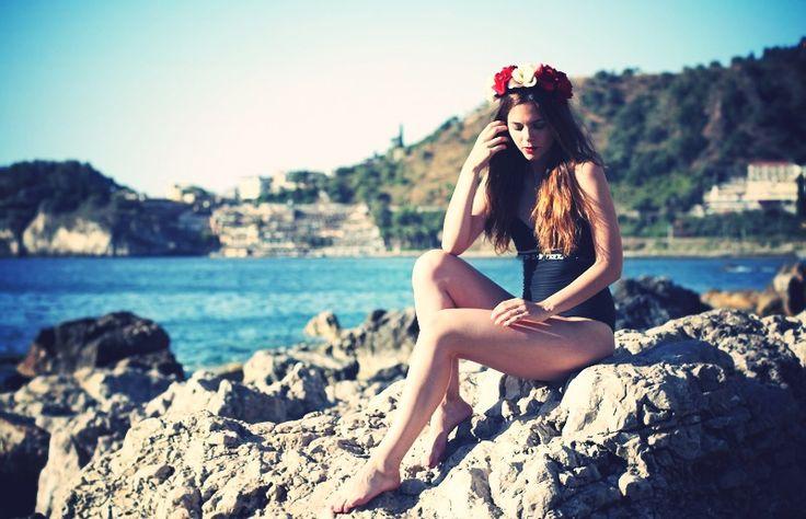 editorial | corona di fiori | bikini | ragazza bikini | ragazza costume da bagno | rossetto rosso | fitspo | costume calzedonia | costume intero calzedonia | costume da bagno nero | bikini particolare | fashion | cool | moda | moda mare 2013 | estate 2013 | moda estate | costumi da bagno cool | bikini fashion | irene colzi | irene closet | taormina 9