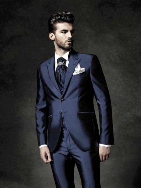 Abito sposo blu, con particolare pochette sul taschino della giacca