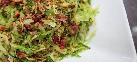 Gesneden spruitjes met bacon, ui en pijnboompitten - Koolhydraatarmerecepten.info