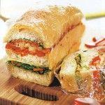 Итальянский бутерброд Для приготовления блюда Итальянский бутерброд необходимы следующие ингредиенты: 2 сладких перца, 2 луковицы, 4 столовые ложки оливкового масла, батон белого хлеба (лучше взять кирпичик), пучок салат, 2 небольших помидора, 175 гр салями, 150 гр сыра, 3 столовые ложки винного уксуса.