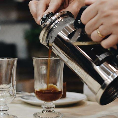 A quinta-feira de feriado ta pedindo aquele cafezinho especial feito na French Press (Prensa Francesa)! ❤️ Quem já está amando essa novidade que trouxemos para cá? Estaremos abertos até as 20:00h #CiaMineiradeChocolates