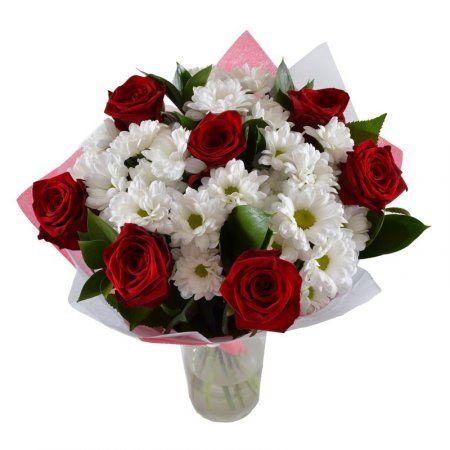 Классический букет из красных роз и белых хризантем станет уместным подарком на любом торжестве. Алые цветы в данном случае могут символизировать не только пылкую любовь, но и глубокое уважение, признание, дружеское отношение.