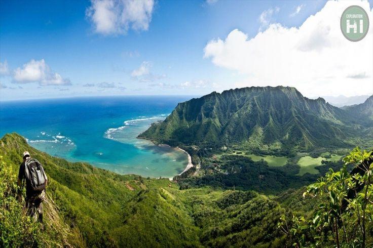 Pu'u Manamana (Oahu, Hawaii) conduit les randonneurs sur un sentier d'un peu plus de 6.5 kilomètres contenant de nombreuses sections de crêtes étroites qui permettent une vue sur le littoral à plus de 2.000 mètres d'altitude. La première montée et la descente finale sont extrêmement raides, mais pas aussi périlleuses que les parties de crêtes situées entre les deux. Des câbles fixes sont disponibles pour s'accrocher, mais il est nécessaire de les tester avant utilisation.