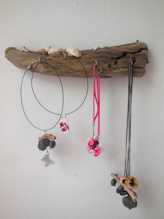 Présentoir à colliers en bois flotté et coquilages